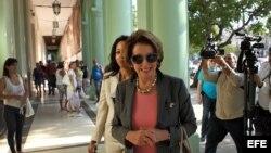 La líder demócrata en la Cámara de Representantes de EEUU Nancy Pelosi, a su llegada al Hotel Saratoga de La Habana.