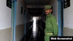 Un oficial de Orden Interior custodia un centro de reeducación de menores en San Francisco de Paula, La Habana.