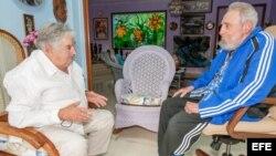 José Mujica durante un encuentro con Fidel Castro.
