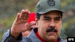 El presidente de Venezuela, Nicolás Maduro, realiza un saludo durante los ejercicios militares de la Fuerza Armada Nacional Bolivariana (FANB)