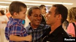 Una familia cubana se reúne en el Aeropuerto de Miami. REUTERS/Desmond Boylan