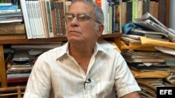 El economista Oscar Espinosa Chepe fue condenado en 2003 a 20 años de cárcel. Excarcelado en 2004 con una licencia extrapenal por problemas de salud, todavía mantiene ese estatus legal.