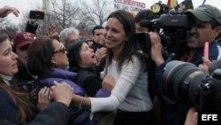 La diputada opositora venezolana María Corina Machado saluda a opositores al Gobierno venezolano de Nicolás Maduro durante una manifestación en Washington D.C.