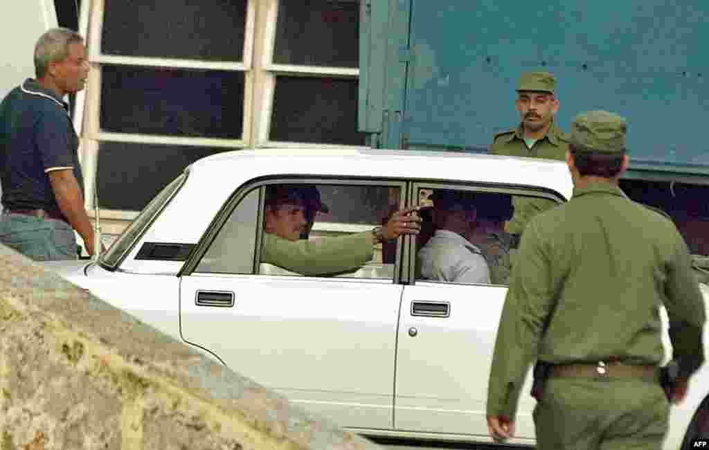 Un disidente es conducido bajo estricta custodia hasta el Tribunal Supremo, el 3 de marzo de 2003.