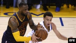 LeBron James (i) de Cavaliers ante Stephen Curry (d) de Warriors.