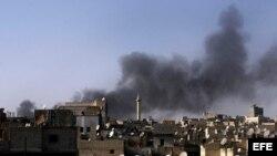 Imagen habilitada de una columna de humo provocada por el bombardeo aéreo de las fuerzas de Bachar el Asad en Azaz, Siria.