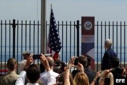 El secretario de Estado, John Kerry (d), presencia el izado de la bandera estadounidense en la embajada en La Habana.