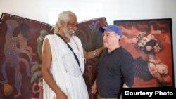 Los artistas cubanos Manuel Mendive, derecha, y Roberto Fabelo.