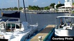 Yates anclados en la Marina Marlin Cienfuegos, cerca del Castillo de Jagua.