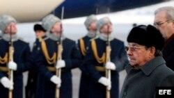 Raúl Castro pasa revista a la guardia de honor antes de partir del aeropuerto Vnukovo II de Moscú, Rusia (4 de febrero, 2009). Archivo.