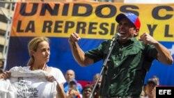 El líder opositor y gobernador del estado Miranda, Enrique Capriles (d), y Lilian Tintori (i), esposa del líder opositor Leopoldo López.