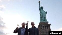 Los Bezos brindando por la libertad a los pies de la Estatua. tomado de @JeffBezos.