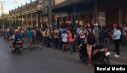 En Placetas las personas se aglomeran para comprar productos de aseo personal Foto cortesía de Arianna López