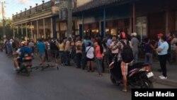 Un grupo de personas espera para comprar productos de aseo personal en, Placetas, Villa Clara, el pasado viernes. (Foto cortesía de Arianna López)