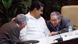 De izq. a der. Miguel Díaz-Canel, Nicolás Maduro y Raúl Castro. REUTERS/Stringer
