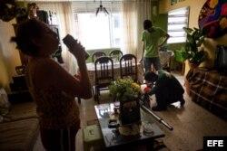 Un empleado de la Alcaldía de Chacao, en Caracas, prepara su máquina de fumigación en la sala de un apartamento.