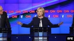 Senador de Vermont Bernie Sanders, Hillary Clinton y el exgobernador de Maryland Martin O'Malley en debate demócrata.