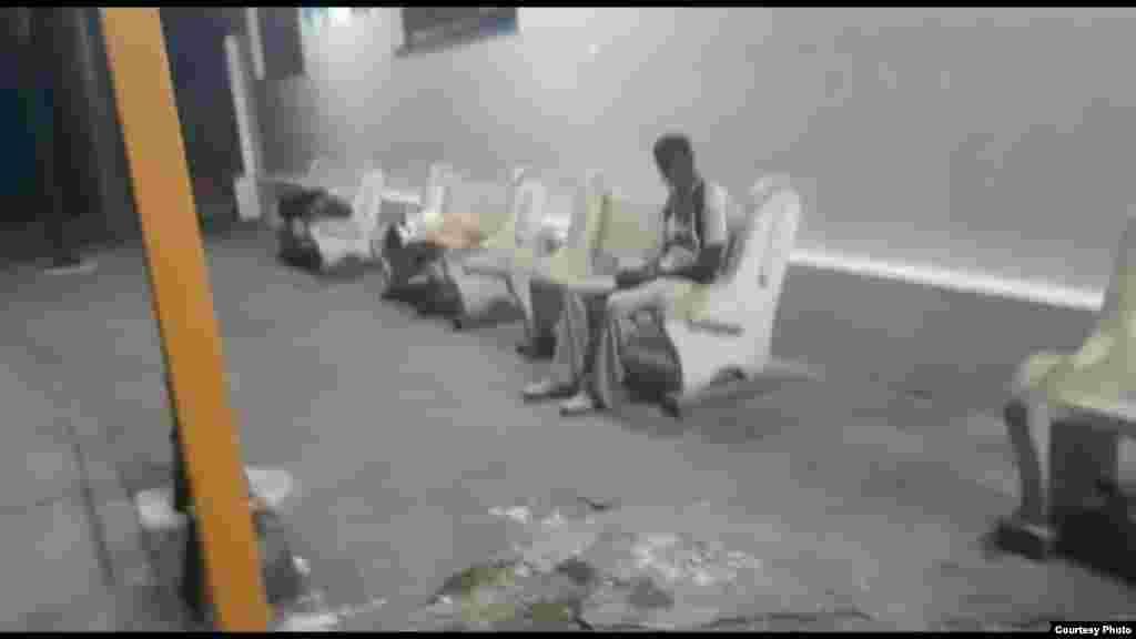 Cubanos desamparados duermen en la terminal de omnibus de Santa Clara Fotos de Yoel Bravo