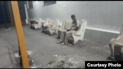 Cubanos desamparados duermen en la terminal de omnibus de Santa Clara (foto de Yoel Bravo).