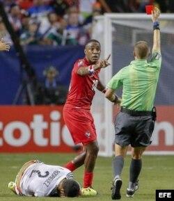 El árbitro Mark Geiger muestra tarjeta roja a Luis Tejeda de Panamá el miércoles, 22 de julio de 2015.