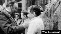 El dictador Fidel Castro impone una condecoración a García Márquez en La Habana