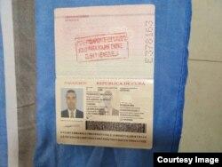 Copia del pasaporte oficial del doctor Alvarez.