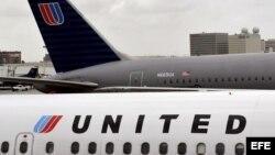 Un jet de pasajeros de la United en la pista del aeropuerto internacional de Los Angeles (EEUU).