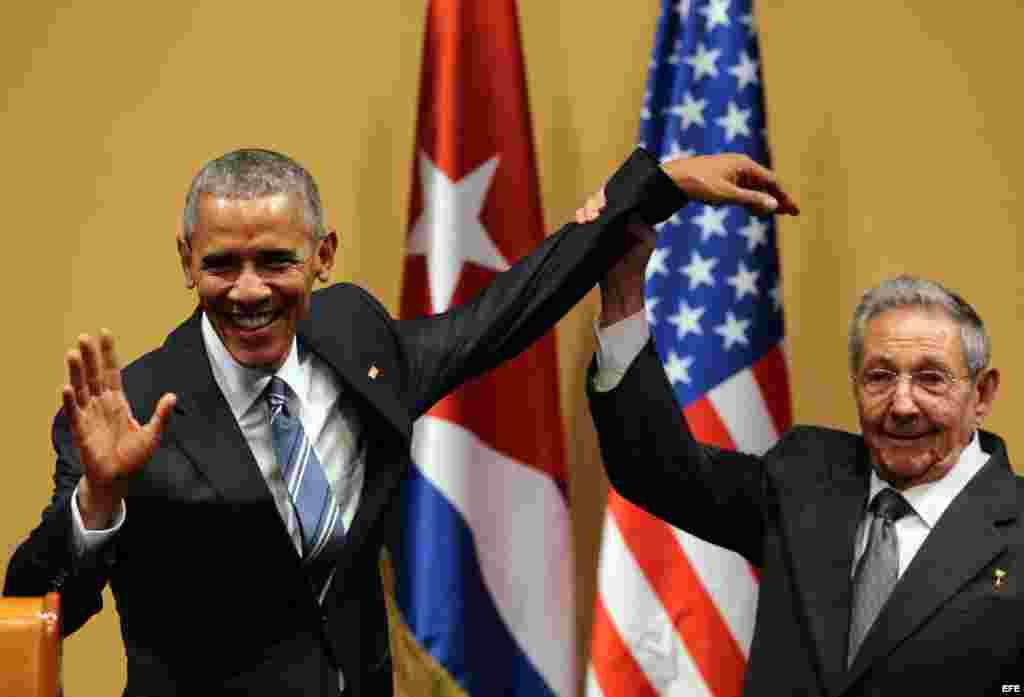 Raúl Castro (d) y el presidente de Estados Unidos Barack Obama saludan hoy, lunes 21 de marzo de 2016, durante una rueda de prensa.