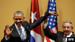 Raúl Castro intenta levantar el brazo de Barack Obama al final de la rueda de prensa conjunta, el 21 de marzo de 2016.