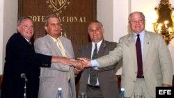 Michael Oliver (der), entonces secretario del departamento de desarrollo económico de Louisiana, durante su viaje a Cuba. EFE.