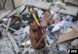 Un voluntario trabaja en las labores de rescate tras el terremoto en la localidad de Amatrice.