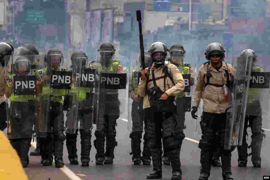 Agentes de la Guardia Nacional Bolivariana bloquean el paso a manifestantes hoy, jueves 20 de abril de 2017, en Caracas (Venezuela).