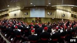 Vista general de la primera congregación de cardenales, preparatoria del cónclave que elegirá al sucesor de Benedicto XVI, en Roma.