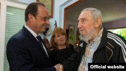 El presidente de Francia, Francois Hollande con el fallecido exgobernante cubano, Fidel Castro.