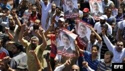 Decenas de simpatizantes del depuesto presidente Mohamed Mursi participan en una concentración convocada por los Hermanos Mulsulmanes, en Giza, Egipto, hoy, viernes 16 de agosto de 2013