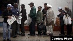 Con más de un 35 % de la población sobre 60 años aumentarán las colas de los ancianos revendedores de periódicos