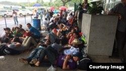 Cubanos varados en la frontera de Costa Rica con Nicaragua esperan una solución para continuar camino a EEUU. Foto: CB24.
