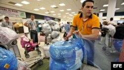 El último día libre de impuestos, las aerolíneas tuvieron que añadir otros 10 aviones sólo para transportar exceso de equipaje.