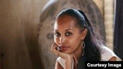 Abogada estadounidense dijo que fue interrogada durante cinco horas en una estación policial en La Habana.