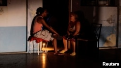 Cubanos esperan en la oscuridad el restablecimiento del servicio eléctrico durante un apagón. (Archivo)