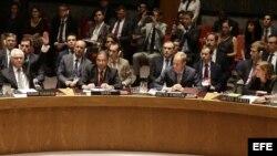 El embajador ruso Vitali Churkin usa el derecho al veto en el Consejo de Seguridad.