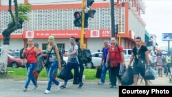 Cubanos de compras en Guyana (Guyana Chronicle)