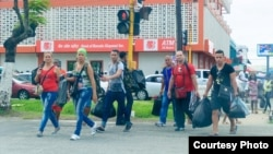 Cubanos de compras en Guyana (Foto de Archivo/Guyana Chronicle).