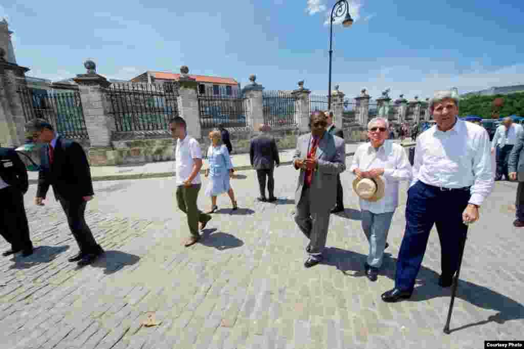 John Kerry y el historiador de La Habana, Eusebio Leal, caminan hacia la Plaza de Armas.