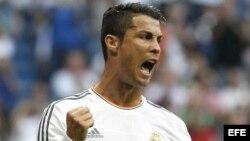 El delantero portugués del Real Madrid Cristiano Ronaldo celebra el gol marcado de penalti ante el Getafe.