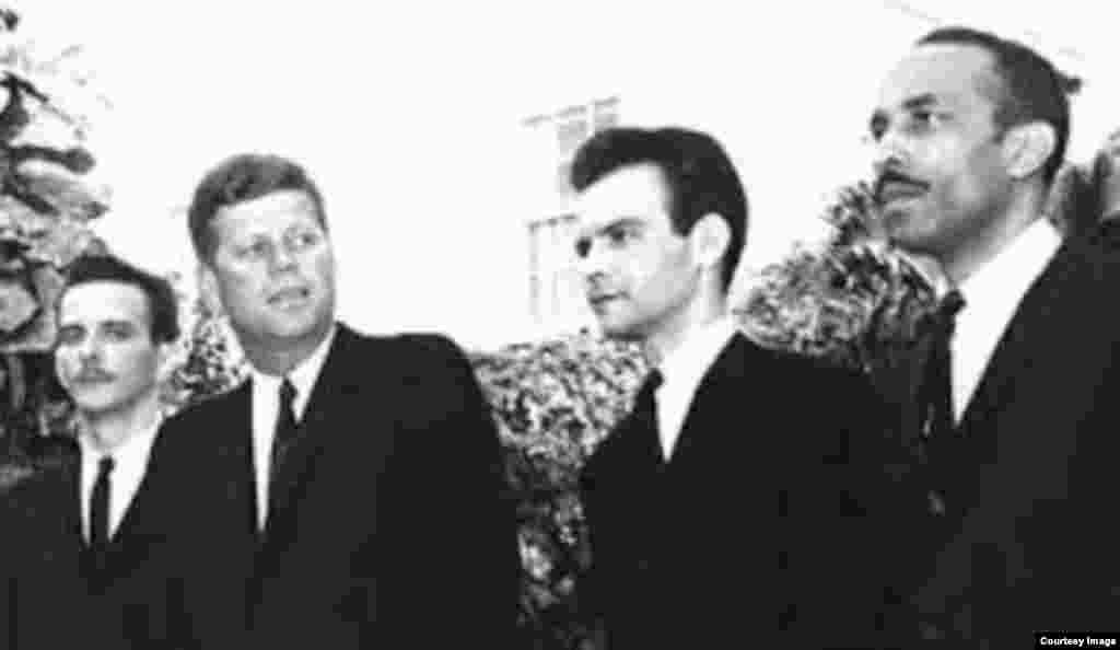 El presidente JFK con jefes de la Brigada 2506 (Oliva a la derecha).