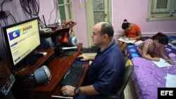 """Un hombre se conecta a Internet en su casa en La Habana Vieja como parte del plan piloto """"Nauta Hogar""""."""