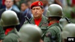 Hugo Chávez, pasa revista a reservistas durante un acto celebrado junto al Palacio de Miraflores en Caracas(Venezuela).