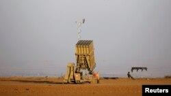 Un soldado israelí vigila una batería de interceptor de cohete Iron Dome desplegada cerca del centro de la Franja de Gaza.