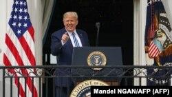 El presidente Donald Trump se presenta en un balcón de la Casa Blanca el 10 de octubre de 2020
